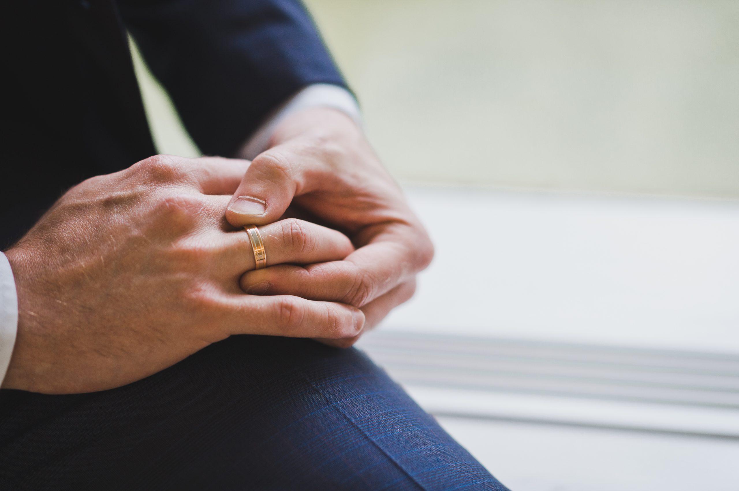 結婚指輪を外す男性