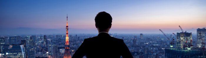 夜景を眺めるビジネスマン