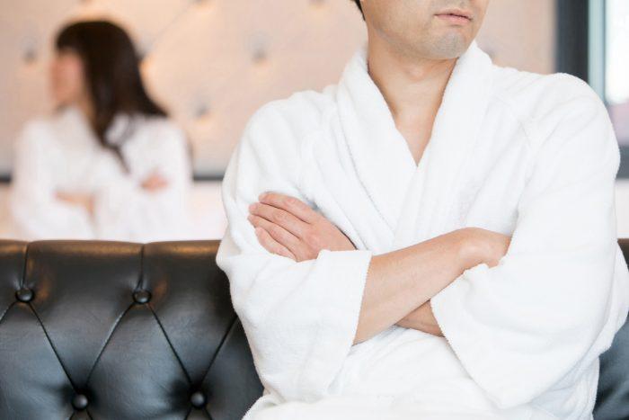 ホテルで喧嘩する男女