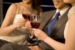 複数の女性とお酒を酌み交わす男性