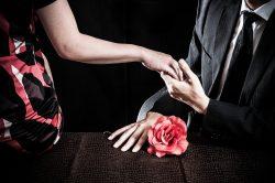 男女が手を握り合っている様子