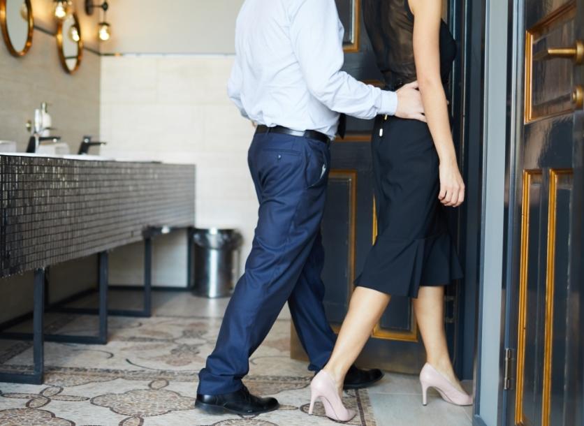 女性を紳士にエスコートする男性