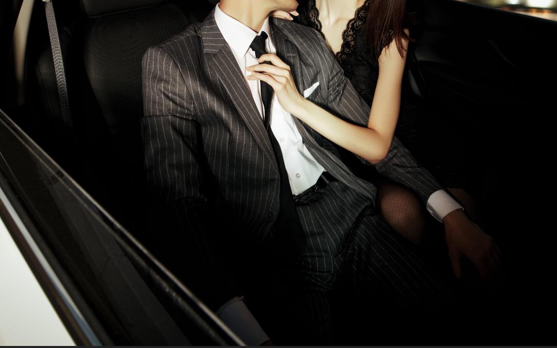 男性のネクタイを治す妖艶な美女