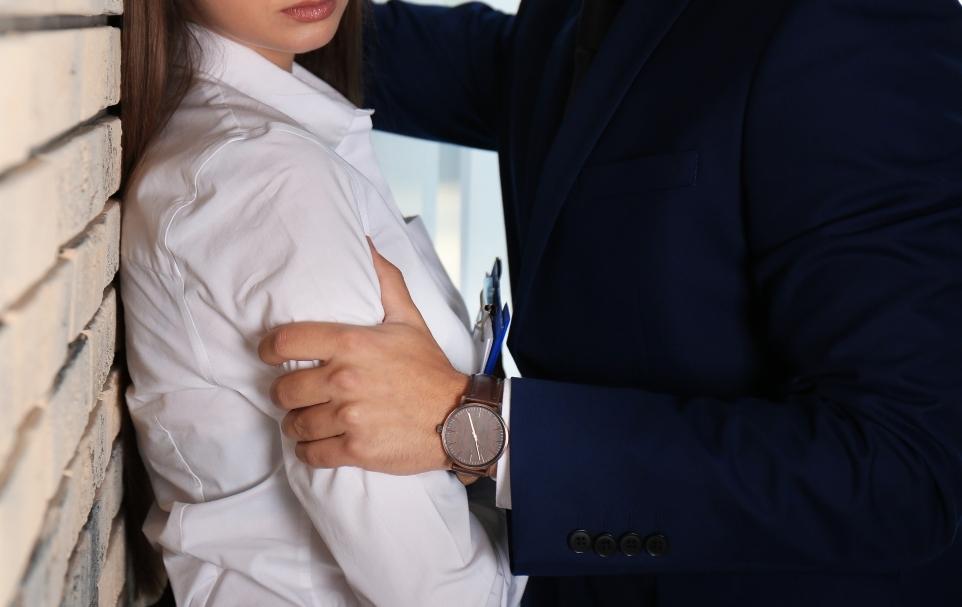 女性の方を強く握り壁に迫る男性