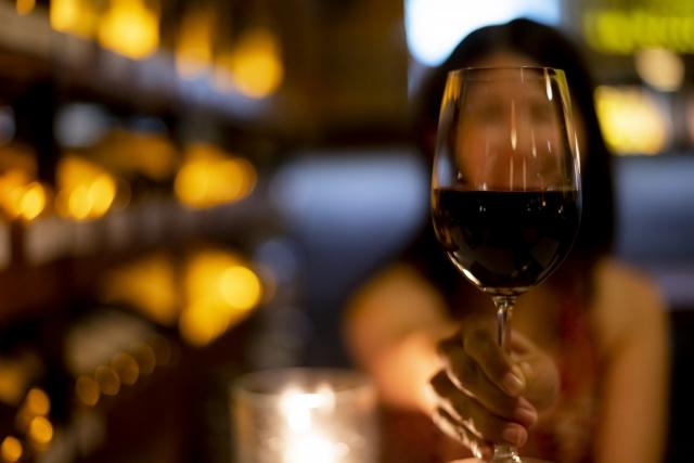 レストランでワインを飲む女性