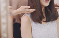 美容院で髪のお手入れをする女性