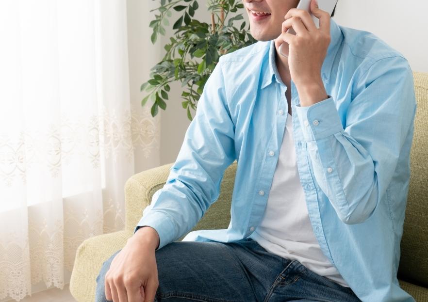 笑顔で電話をする男性