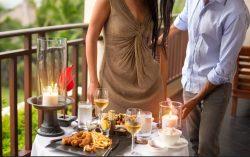 女性をテーブルにエスコートする紳士