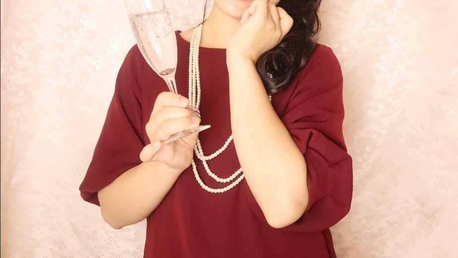 シャンパングラスを片手に持つ女性