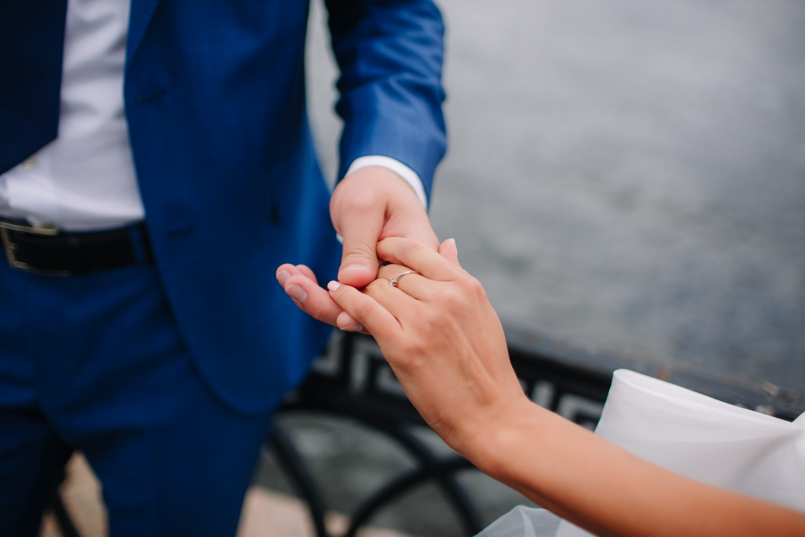 女性の手を握りエスコートする男性