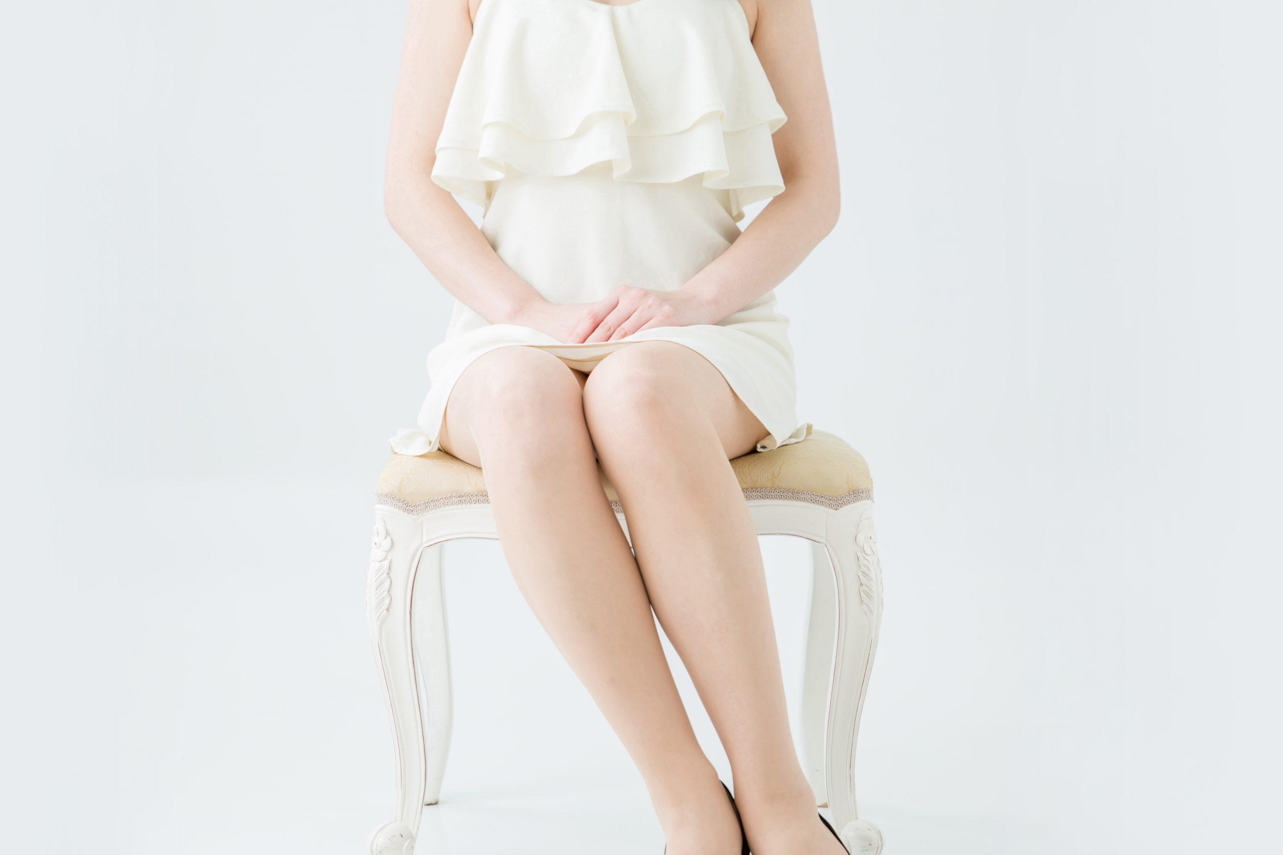 足を揃えて綺麗に座っている女性