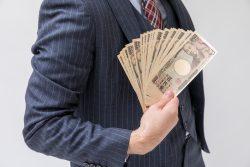 札束を持つお金持ちの男性