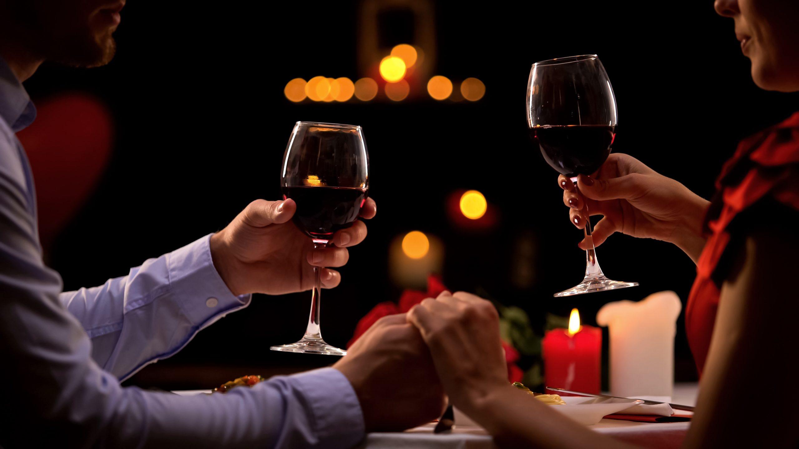 ワインを傾ける男女