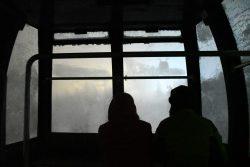 ロープウェイ内のカップル