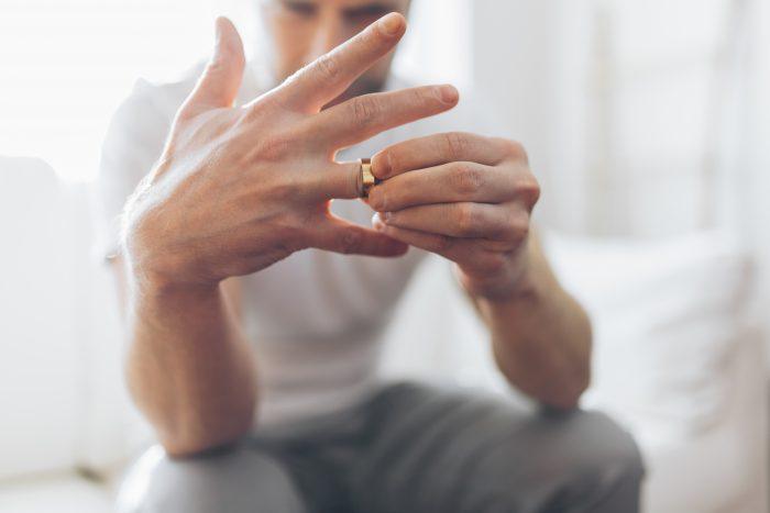 結婚指輪を外している男性