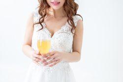 白背景バストアップ白いレースのドレスを着た綺麗なお姉さんがグラスを持つ