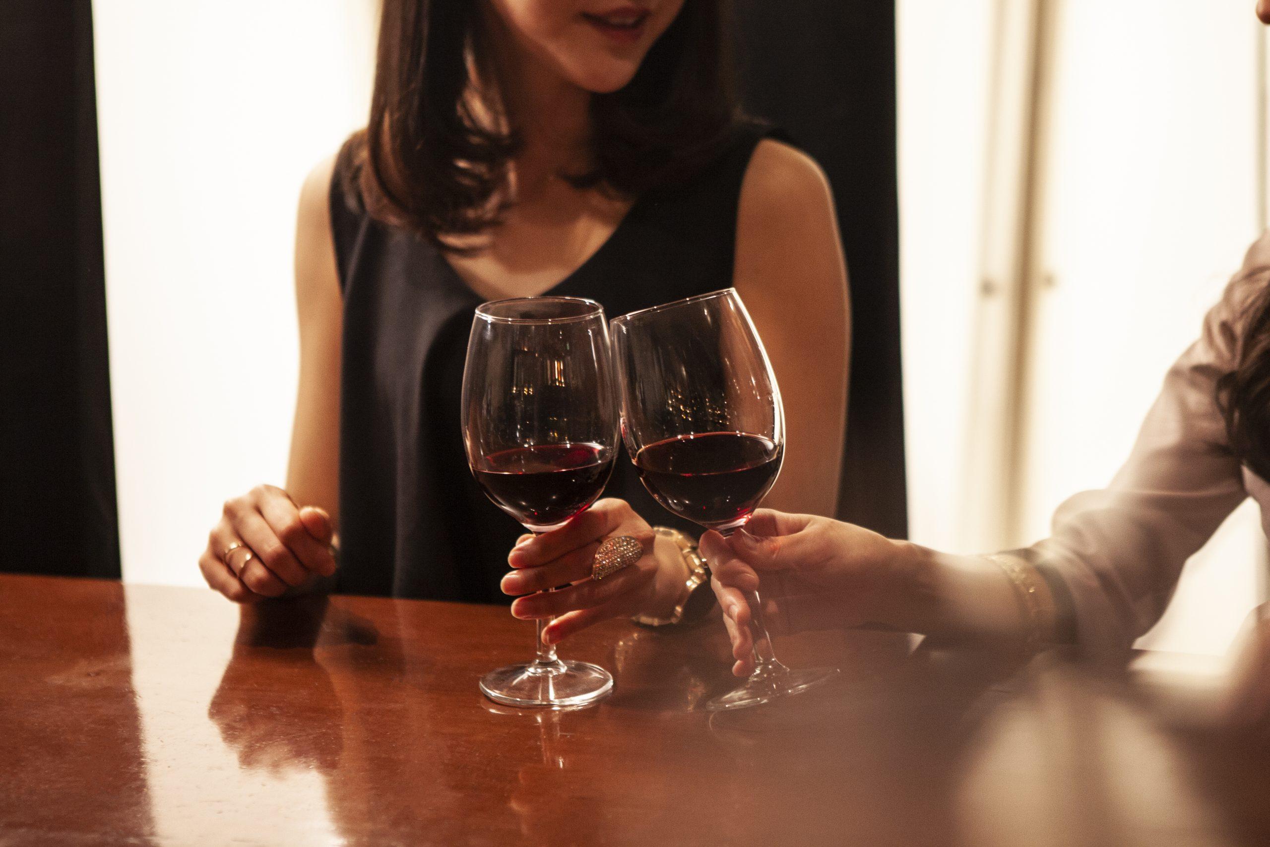 バーで楽しくワインを飲む女性たち