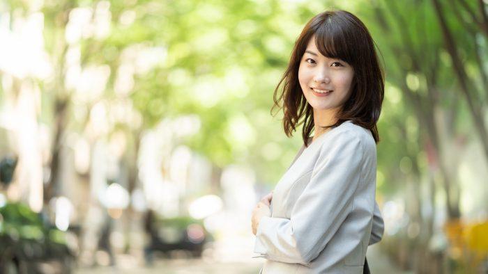 portrait of asian businesswoman walking in sidewalk