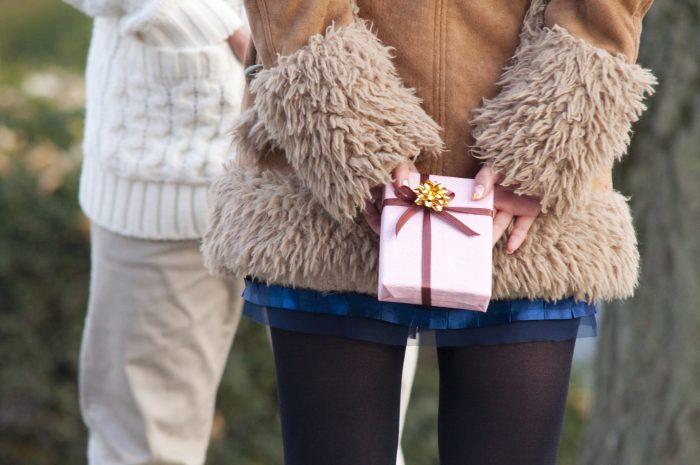 プレゼントを渡す女性の後姿