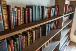 本の並んだ本棚 図書館