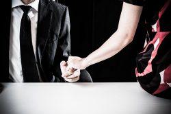 怪しく手を握っている男女カップル
