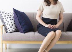 ソファーに上品に座る女性