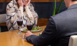ご飯を前に嬉しくなっている女性