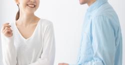 笑顔で話すカップル