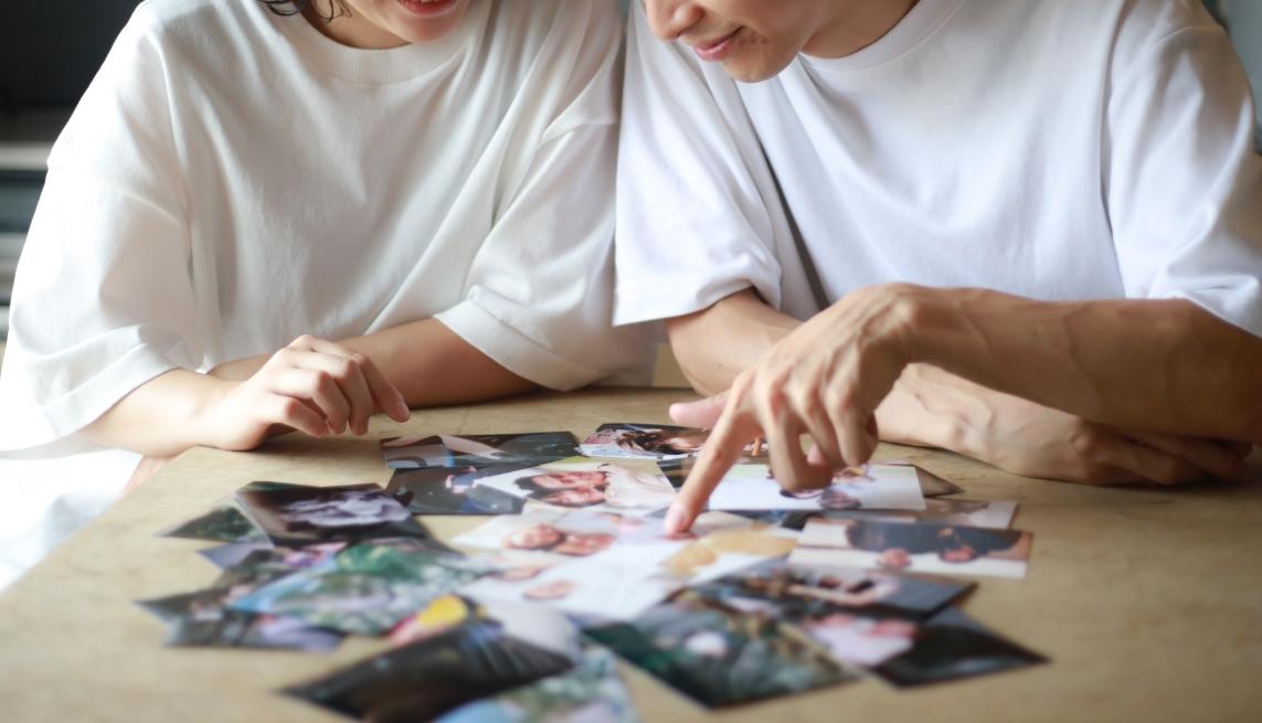 一緒に写真を眺めるカップル