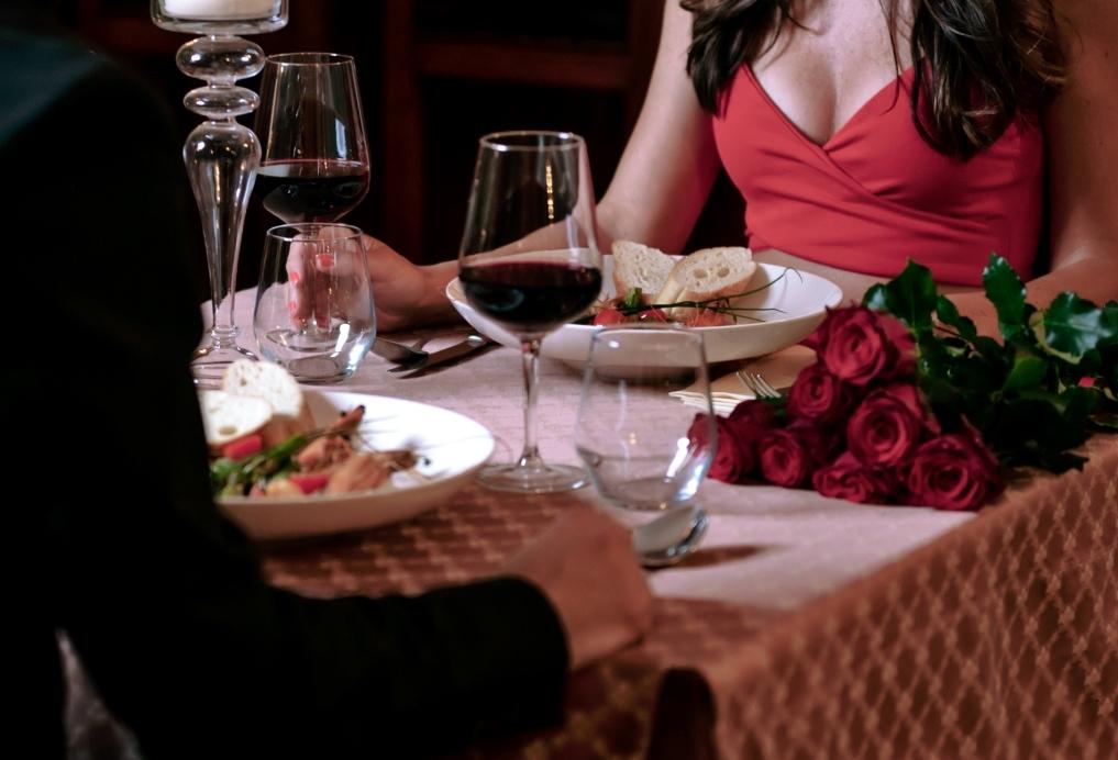ホテルのディナーを食べるカップル