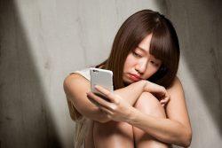 スマートフォン・憂うつな女性