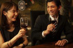 バーで話が盛り上がるカップル