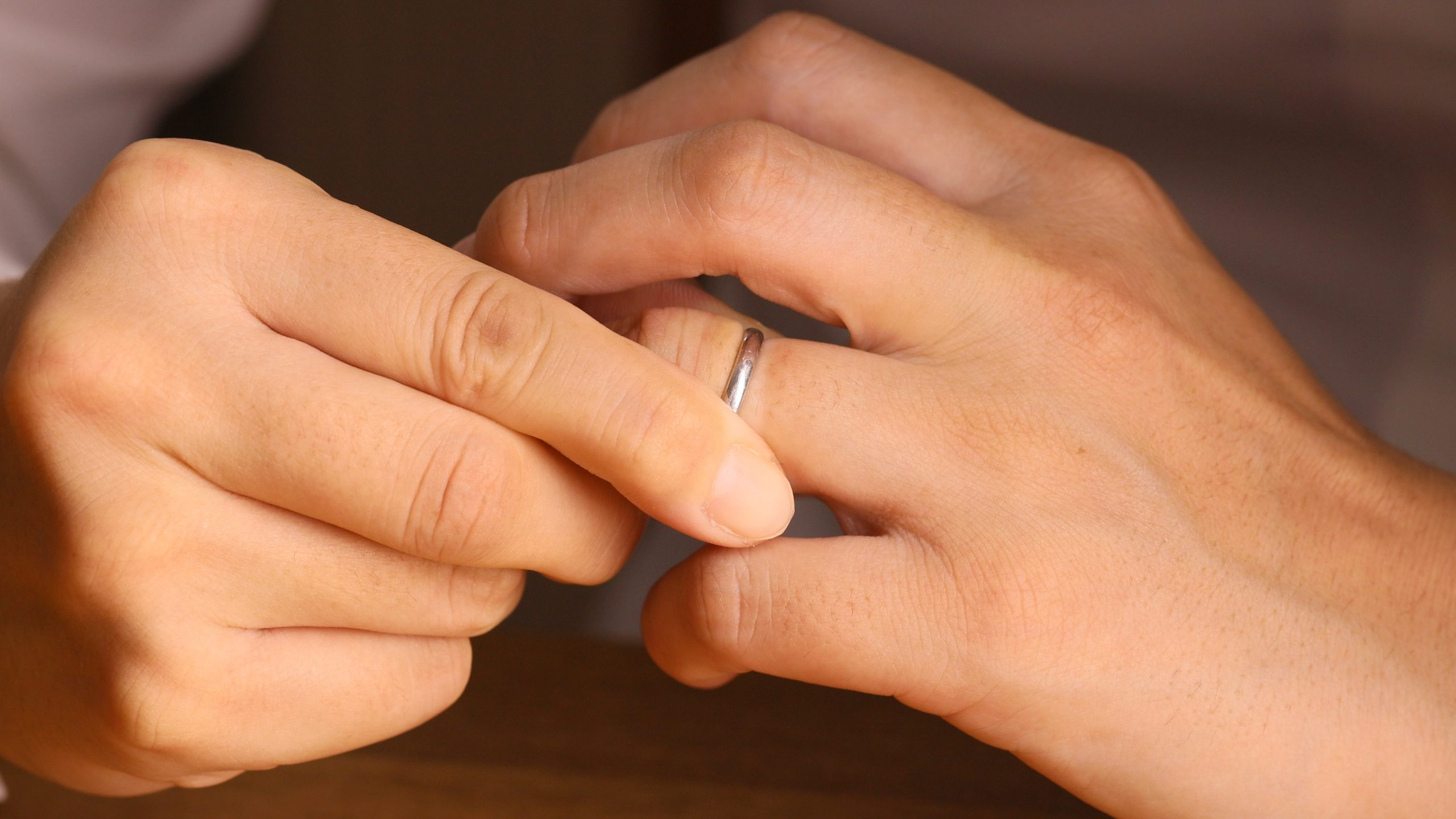 指輪を外す女性