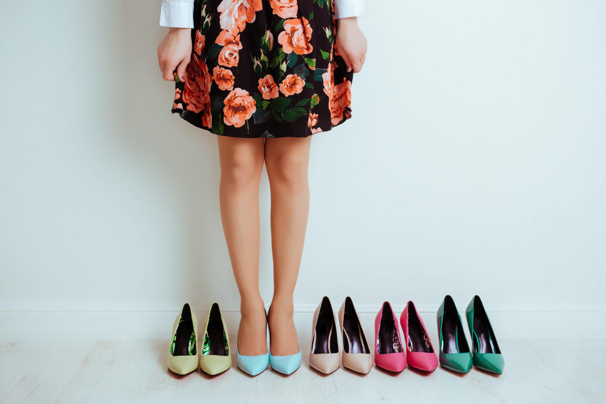 1人の女性と複数の靴
