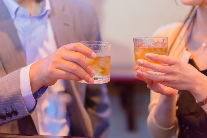 お酒を乾杯する男女