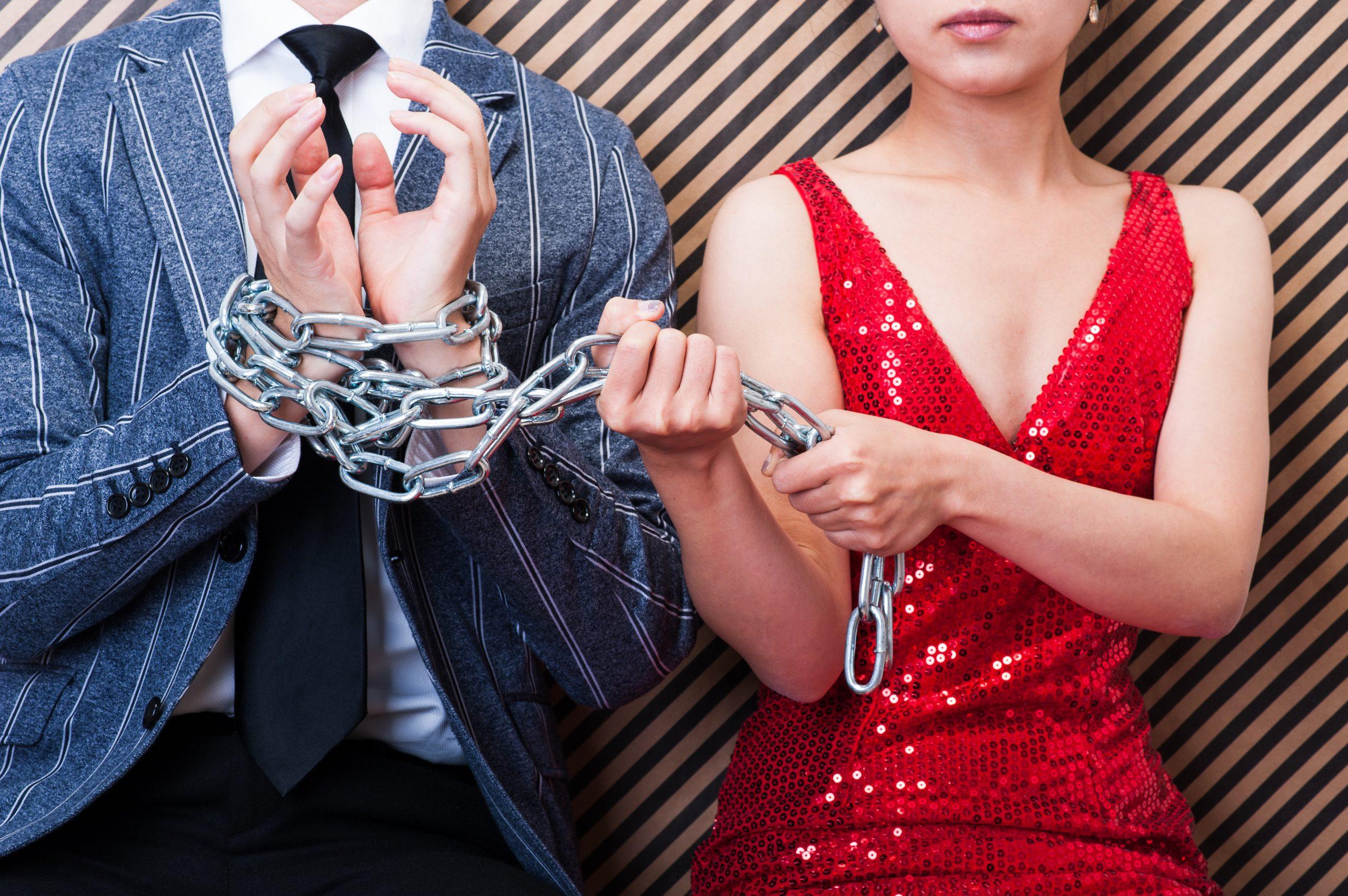 鎖と男女,束縛される男性