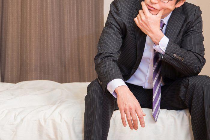 ベッドルームで考える男性