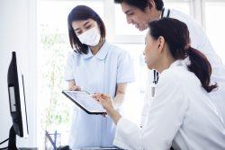 術後の経過を確認する医師と看護師