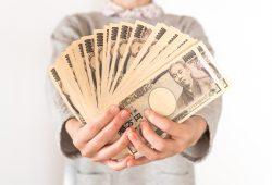 一万円札を持つ女性