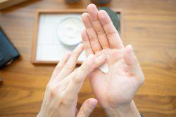 ヘアワックスをつけた男性の手